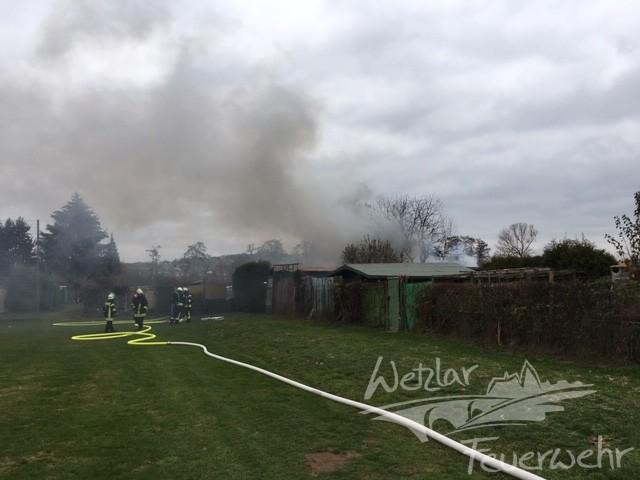 Zwei Gartenhütten werden Raub der Flammen.