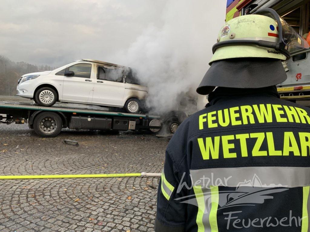 Brennender Autotransporter auf der A45