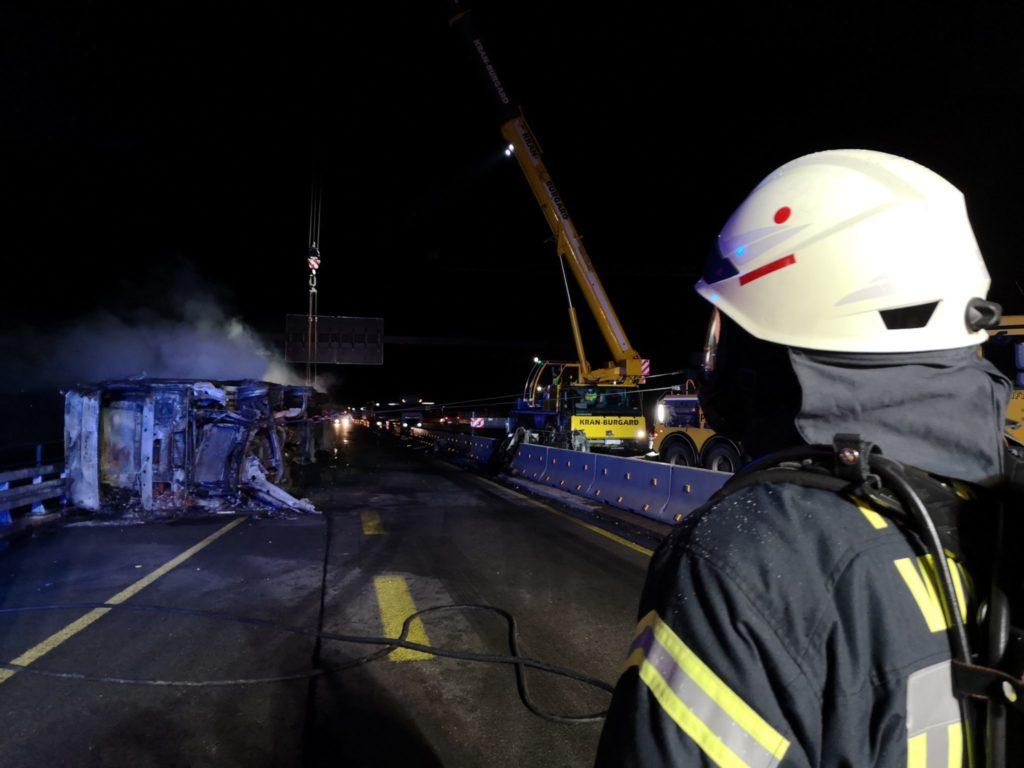Lastwagen brennt auf der A45