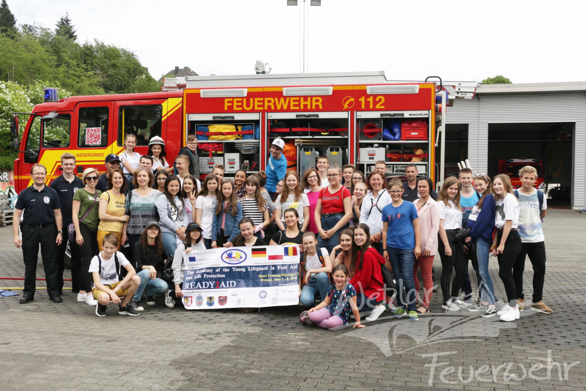 Austauschschüler besuchen Feuerwehrwache in Niedergirmes