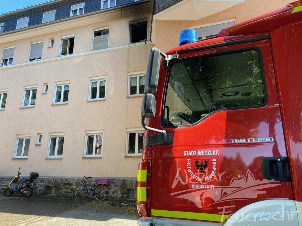 Feuer zerstört Wohnung in Niedergirmeser Mehrfamilienhaus