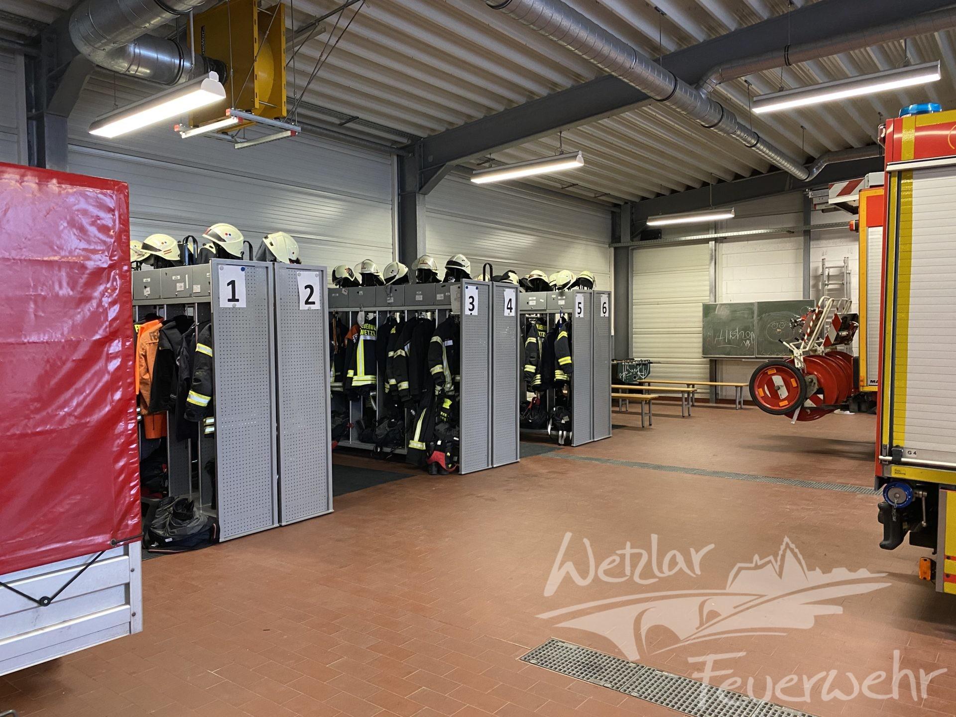 Vorübergehend in die Fahrzeughalle ausquartiert, die Umkleide der männlichen Einsatzkräfte.
