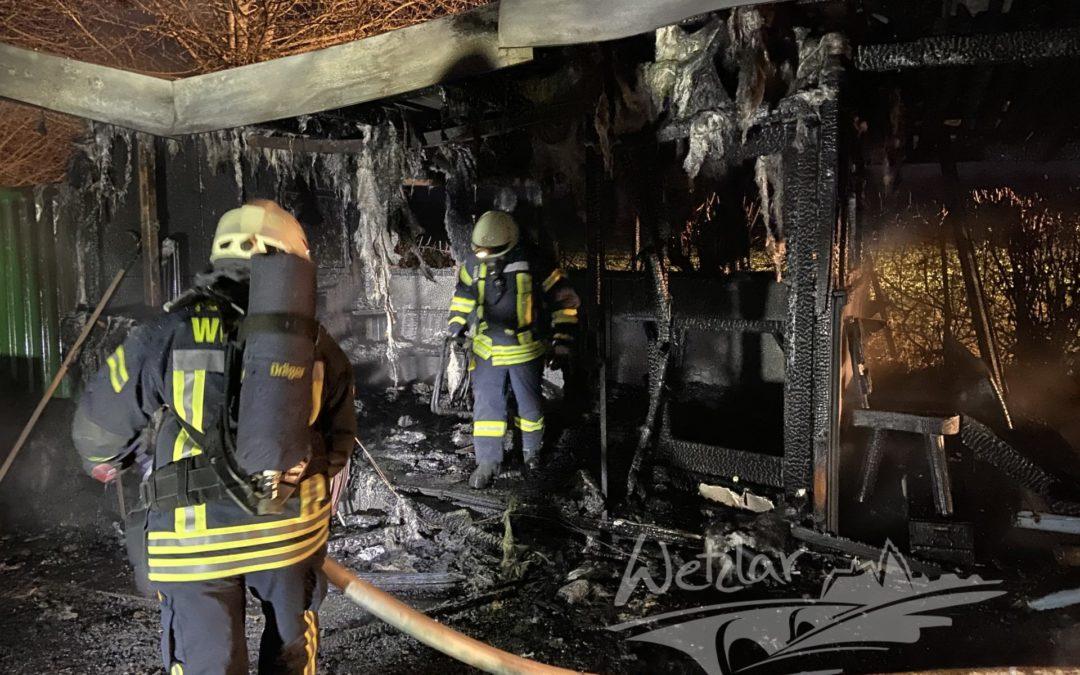 Holzhütte brennt in Dutenhofen